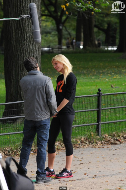 wenn_t_gwyneth-paltrow-mark-ruffalo-on-set-of-thanks-for-sharing-121011g