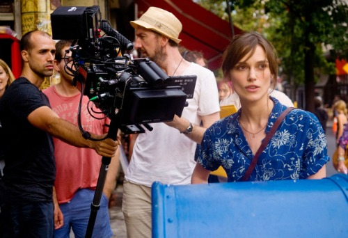begin-again-on-set-keira-knightley-614x420